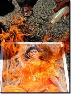 חסידים לשעבר שורפים את תמונתו של ניתיאננדה