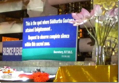 """אפילו השלט תחת העץ הקדוש במקדש המרכזי סובל מניו-אייג'יזציה: הבודהה על פיו """"הגיע להארה"""", ולא התעורר או הגיע לנירוונה"""