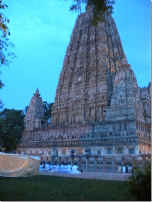 המקדש המרכזי בבודה-גאיה, במקום בו הבודהה זכה לנירוונה, לעת ערב, קבוצה של עולי רגל בודהיסטים מסרי-לנקה בבגדים לבנים למרגלותיו