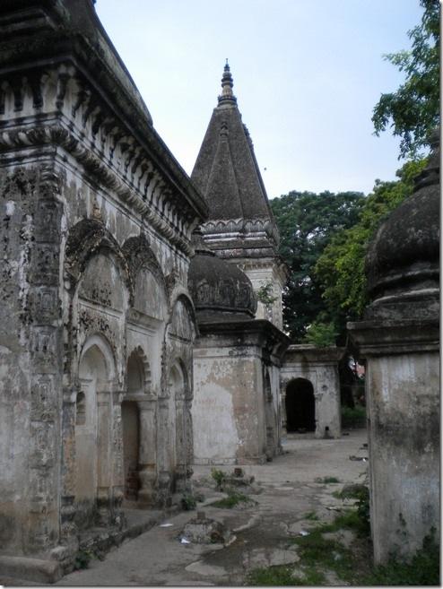 מקדש נטוש בבודה-גאיה. הוא חלק מהקומפלקס המרכזי של המקדש הבודהיסטי הגדול, אבל נותר שיוויסטי (כלומר, אחרי השטלתותם של ברהמינים על המקדש ולפני הגעתם של הבריטים) - במקום פזורים לינגמים לרוב. כעת, בצורה מדהימה, הוא פשוט נטוש, והודים מקומיים משתמשים במבנים כדי לשחק קלפים ולעשן חשיש בסתר