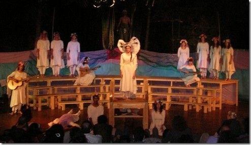 """מתוך המחזה  """"קרבן"""". הבתולה, במרכז, עומדת להיות מוקרבת למלכיטוס, שניתן לראות את צלליתו מאחוריה"""