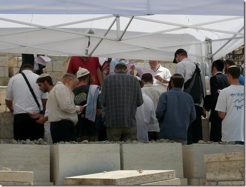 """תלמידי הרב וחסיד ברסלב אחד מתפללים על הציון הקדוש של הראי""""ה, ג' אלול תשע""""א, צהריים"""