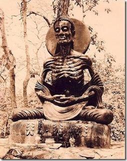 """הבודהה, שחי במאה החמישית לפנה""""ס בצפון הודו, צם ומודט על מנת לזכות בשחרור מסבל"""