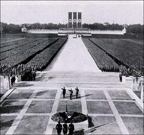 1934 - מהשלושה העומדים עם הפנים אלינו, היטלר במרכז, הימלר מימינו
