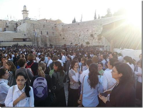 """רחבת הכותל מלאה בבנות סמינרים חרדיות שבאו להתפלל """"תפילת מחאה"""" כנגד נשות הכותל, יום שישי, 10.5"""