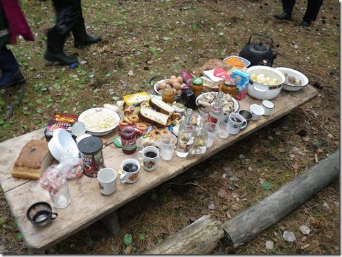 שולחן הסעודה של ארוחת הקרבן בטקס לאלת הנהר. על פי המנהג בשבט יש חובה לאכול ולשתות את כל ארוחת המנחה - כולל כל בקבוקי הוודקה