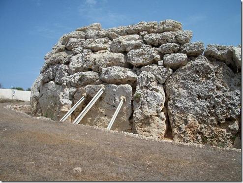 אחד הקירות החיצוניים של המקדש בגוזו