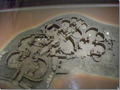 דגם אחד המקדשים. התאים מעוגלים ומסודרים אחד אחרי השני. אפשר לדמות את הכניסה למקדש ככניסה לגוף נשי, גוף האלה, ואת הטקס כעיבורה. היציאה מהמקדש היא הלידה מחדש.