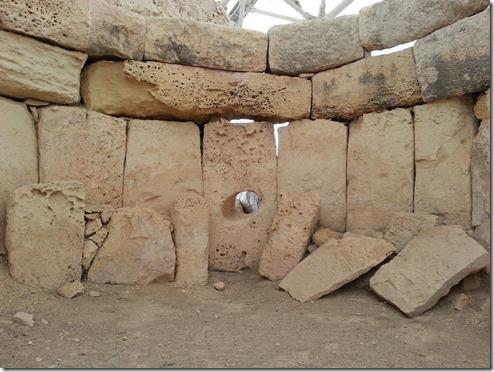 """באחד מקירות המקדש בחל-ספליני ישנו חור בערך בכותר של 30 ס""""מ. מתוך השוואה עם מקדשים עתיקים אחרים, ההשערה היא שמדובר בחור שמצדו האחד, בתוך המקדש, עמד נביא או עמדה נביאה, וסיפקה נבואות עבור ההדיוטות מצדו החיצוני, שעמדו בתור כדי לקבל את נבואותיהם."""