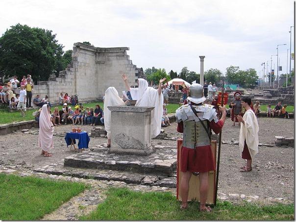 חברי קהילת Nova Roma מקיימים פולחן רומי לאלה קונקורדיה בחורבות Aquincum, בעיר בודפשט, הונגריה, בזמן הפסטיבל הרומי Floralia. התמונה מויקיפדיה