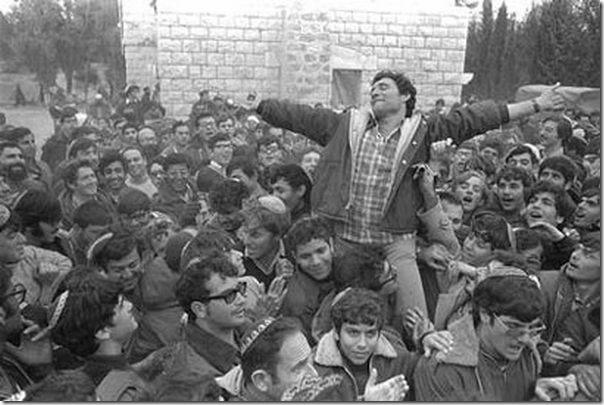 חנן פורת נישא על כפיים אחרי הפשרה עם הממשלה בסבסטיה, 1975