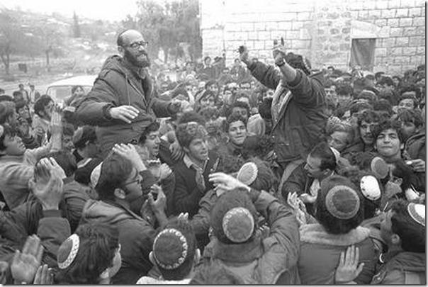 חנן פורת והרב משה לוינגר נישאים על כפיים אחרי הפשרה עם הממשלה בסבסטיה, 1975