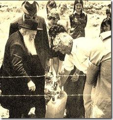 הרב צבי יהודה ואריאל שרון מניחים את אבן הפינה לאלון מורה