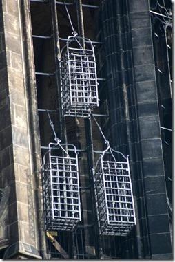 כלובים בהם תלו את גופות מנהיגי האנאבפטיסטים במינצר, עד היום על הקתדרלה בעיר. צילום של Rüdiger Wölk מתוך ויקיפדיה