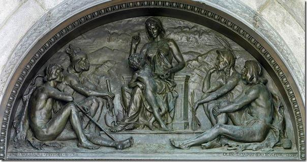 """""""מסורת"""", טימפנון של אולין לוי וורנר מ-1895, המציג את המסורת עצמה מלמדת בעל פה ילד קטן וקבוצה של בני עמים שלהם חשובה המסורת בעל פה. היצירה מעטרת את הכניסה הראשית לבניין ג'פרסון בספריית הקונגרס"""
